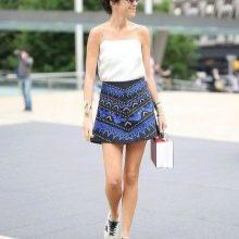 Короткая юбка-трапеция в сочетании с кедами на лето