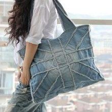 948ef4674a12 Наиболее часто встречающийся вариант – джинсовая сумка среднего размера.  Это может быть и рюкзак, и сумка-мешок, и сумка-планшет – одним словом, ...