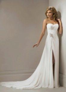 Свадебное платье с одним вырезом