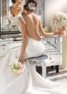 Длинное свадебное платье с открытой спиной