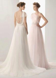Длинное свадебное платье с открытой спиной и стразами