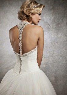 Свадебное платье с бретелей на шее и открытой спиной