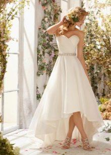 Короткое свадебное платье с вырезом сердечко