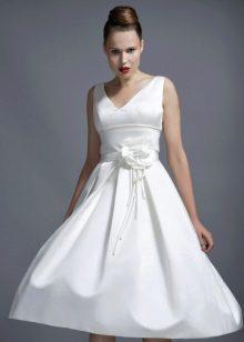Короткое свадебное платье с цветком