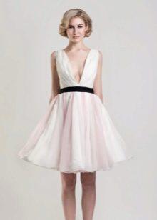Вырез глубокий короткого свадебного платья