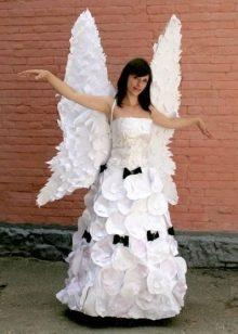 Длинное свадебное платье из бумаги