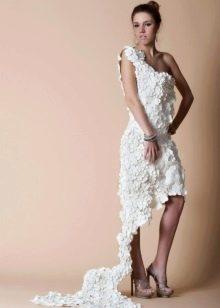 Очень красивое платье из бумаги со шлейфом