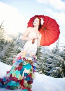 Свадебное платье с разноцветными кусками ткани