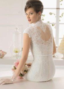 Обрамление кружевом выреза на свадебном платье