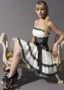 Короткое свадебное платье с черным кружевом