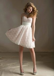Розовое кружевное свадебное платье