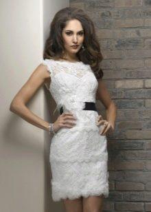 Короткое ажурное свадебное платье с черным поясом