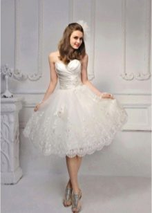 Короткое свадебное платье с кружевной юбкой