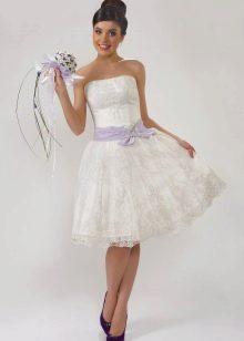 Невеста в кружевном свадебном платье с ярким букетом
