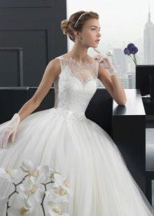Пышное свадебное платье и коротенькие перчатки