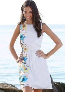 Белое пляжное свадебное платье с цветочным принтом