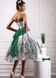 Белое свадебное платье с зелеными вставками короткое
