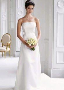 Простое свадебное платье со шлейфом