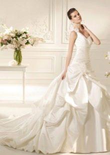 Свадебное платье с горизонтальными складками на лифе