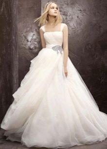 Пышное свадебное платье с вырезом прямоугольника