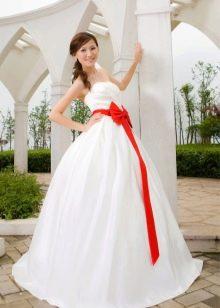 Свадебное платье пышное с алым бантом