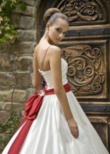 Свадебное платье пышное с бантом сзади