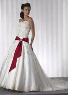 Свадебное платье с лентой красной на бедрах