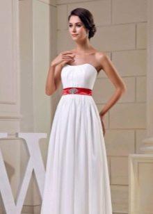 Свадебное платье с широким красным поясом и украшениями