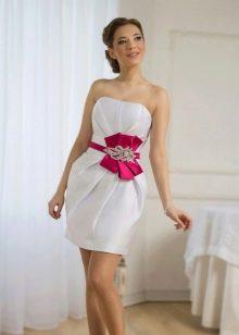Свадебное платье футляр с лентой красного цвета