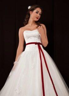 Пышное свадебное платье с заниженной талией и красным поясом