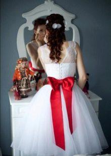 Красный бант к короткому свадебному платью