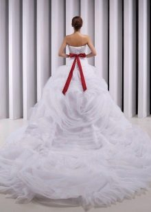 Пышное свадебное платье со шлейфом и красным бантом