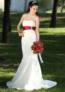 Платье свадебное с красным широким поясом