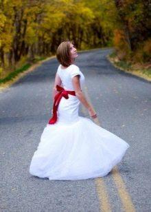 Коротенькое свадебное платье с бордовым поясом