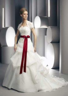 Свадебное платье с тонким поясом и бантом