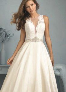 Свадебное платье А-силуэта с ажурным V-образным вырезом