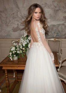 Свадебное пышное платье с закрытым ажурным верхом
