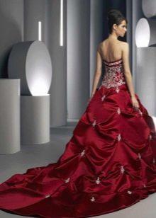 Красное свадебное платье с белым кружевом