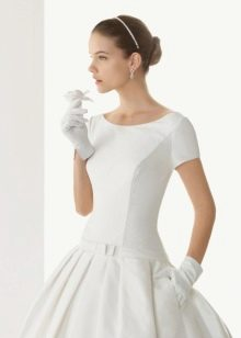 Свадебное платье с короткими перчатками