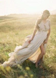 Легкое свадебное платье с разрезом в стиле бохо