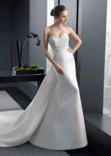 Свадебное платье из атласа со шлефом