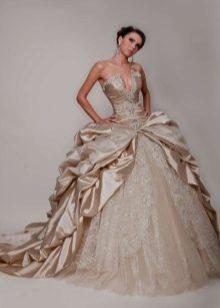 Сочетание атласа с кружевом в свадебном платье