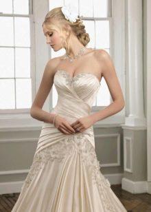 Свадебное платье из блестящей ткани