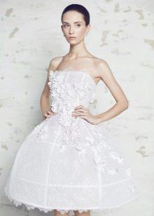 Короткое свадебное платье, декорированное цветами