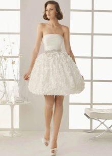 Свадебное платье короткое и пышное с рюшами на юбке