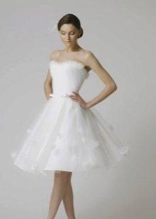 Короткое с пышною юбкой свадебное платье А-силуэта