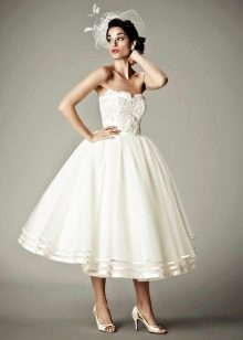 Короткое свадебное пышное платье с вуалеткой