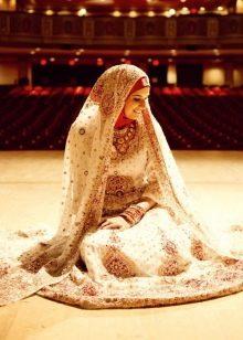 Расшитое узорами мусульманское свадебное платье