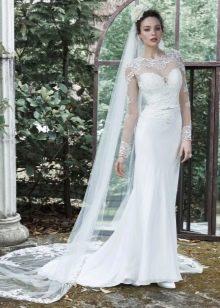 Прямое свадебное платье с фатой