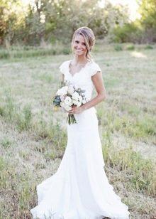 Простое свадебное платье с V-образным вырезом